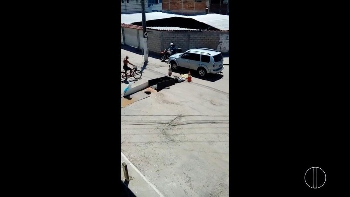 Buraco prejudica passagem de carros em estrada no Jardim Esperança, em Cabo Frio, no RJ