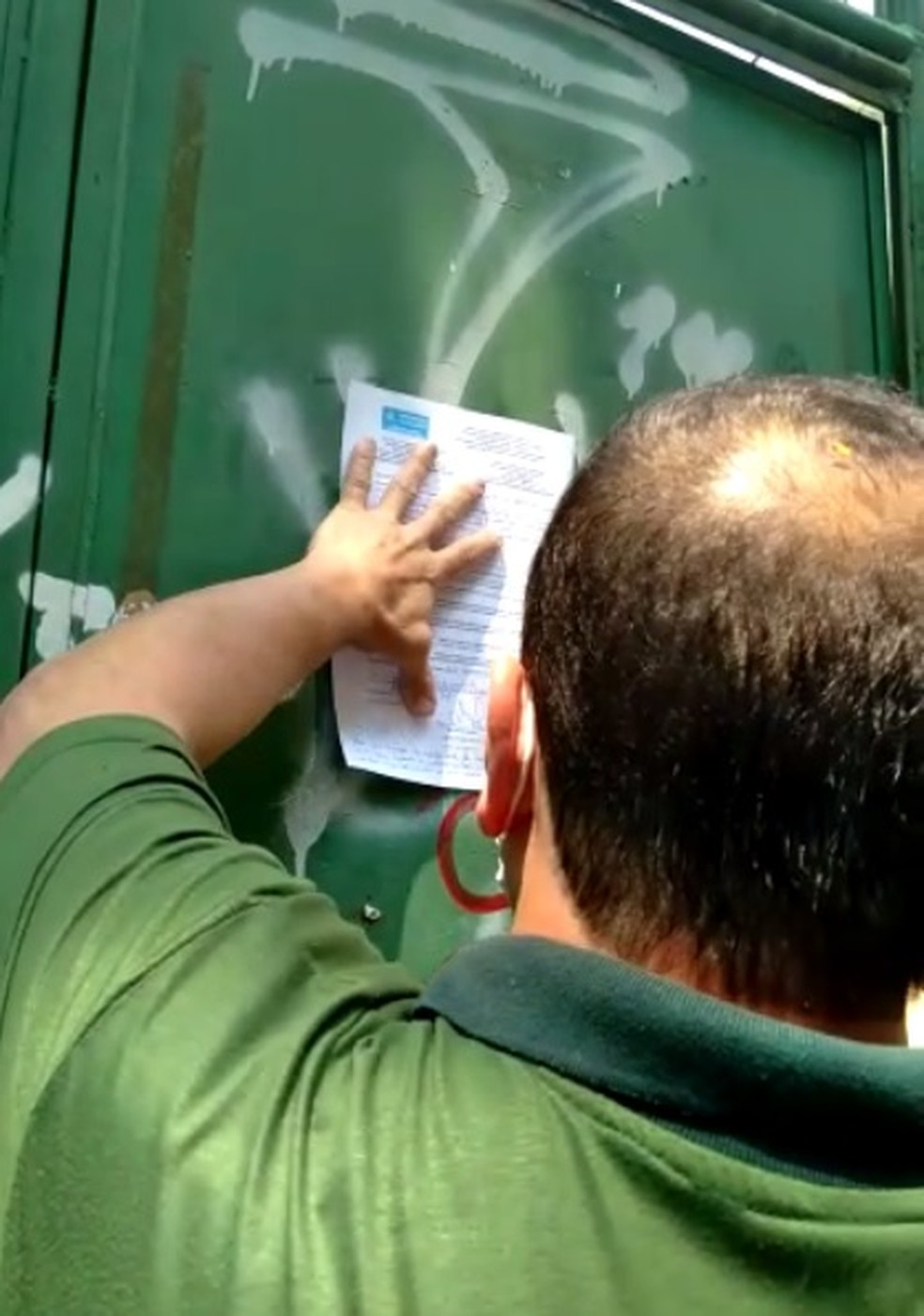 Fiscal da Secretaria Municipal de Meio Ambiente interdita obra na Tijuca, Zona Norte do Rio — Foto: Reprodução/ Redes sociais