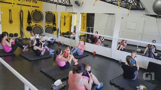 Bebês viram 'peso' em treino adaptado para mães em academia de São Carlos