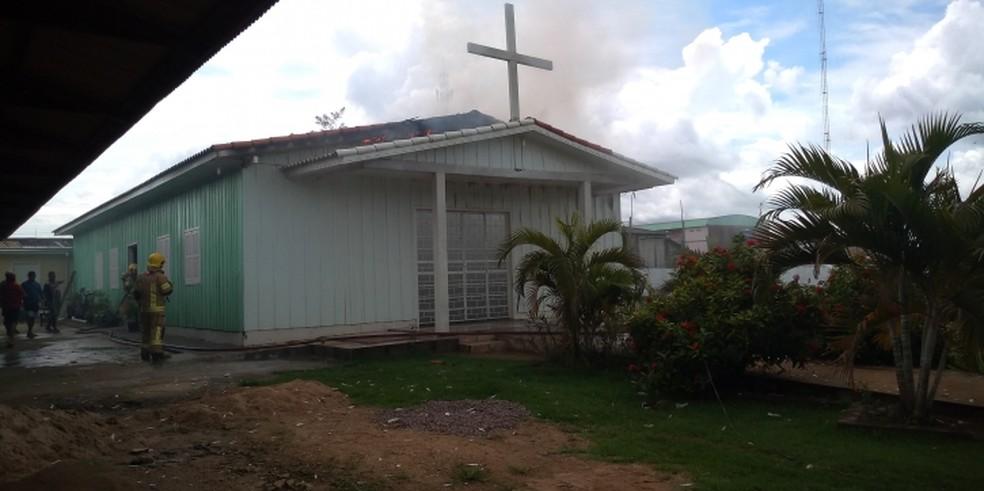 Fumaça saindo de igreja na hora do fogo — Foto: Edson Nascimento/TBN Notícias
