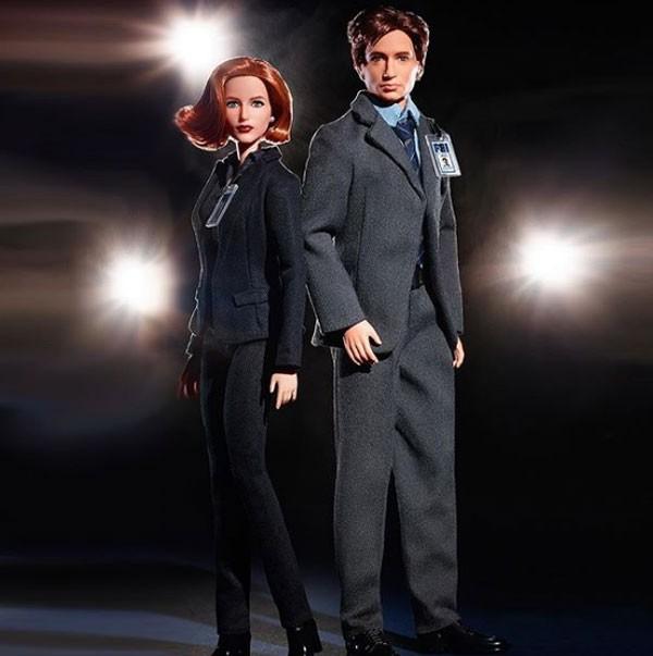 Nos 25 anos de Arquivo X, protagonistas Fox Mulder e Dana Scully viraram bonecas Barbie (Foto: Reprodução/Instagram)