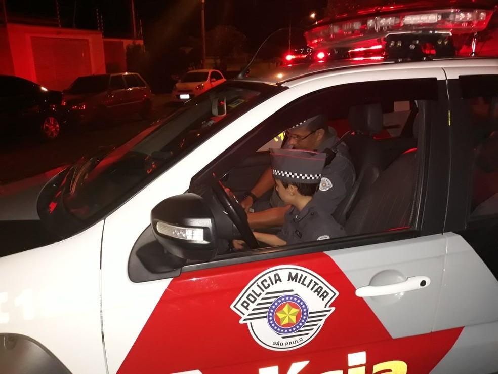 Menino de Cosmópolis ganhou festa com tema da Polícia Militar, uniforme e conheceu viatura (Foto: Polícia Militar/Divulgação)