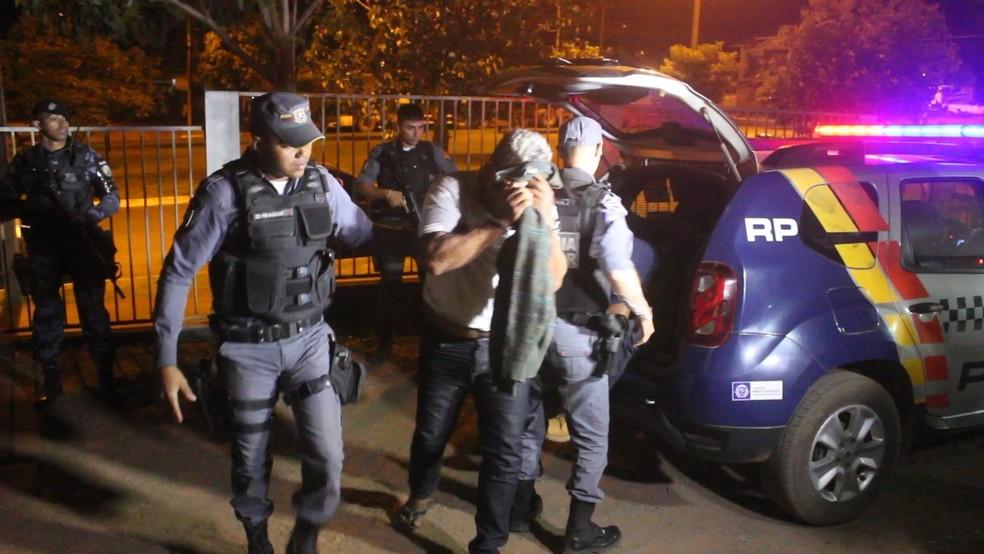 A PM entregou os presos, a droga, o armamento e demais produtos na Delegacia de Nova Mutum (Foto: Polícia Militar de MT/Assessoria)