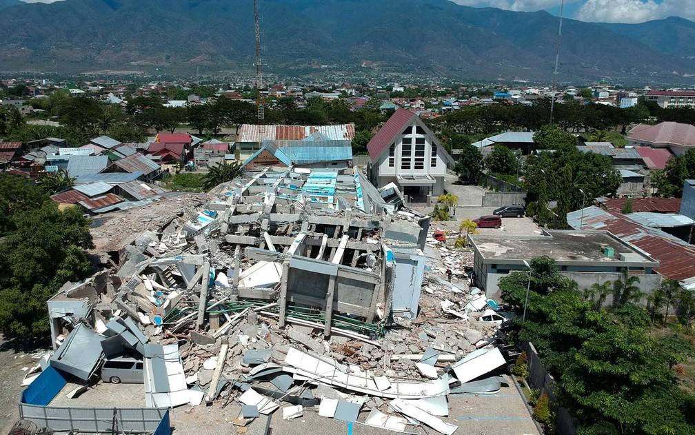 Hotel de dez andares destruído em Palu — Foto: AFP Photo