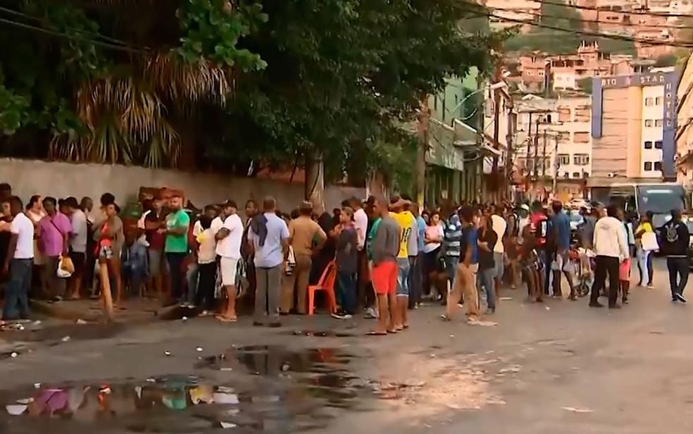 Fila na área externa do posto de atendimento da estação de trem da Calçada (Foto: Reprodução / TV Bahia)