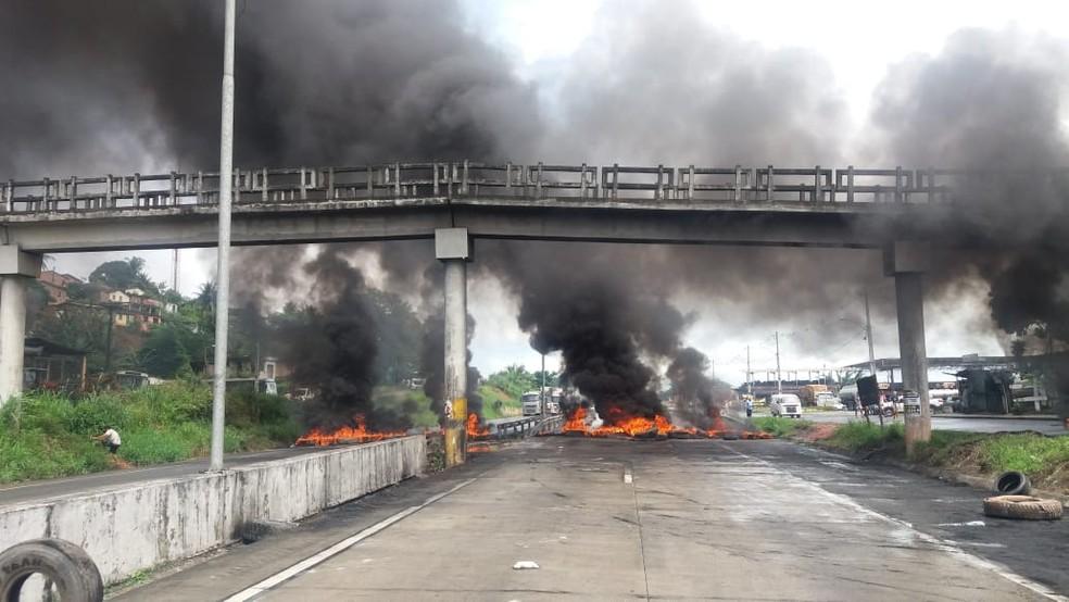 Manifestantes queimam pneus nos dois sentidos da BR-101, no município de Escada, na Zona da Mata Sul do estado (Foto: Divulgação/PRF)