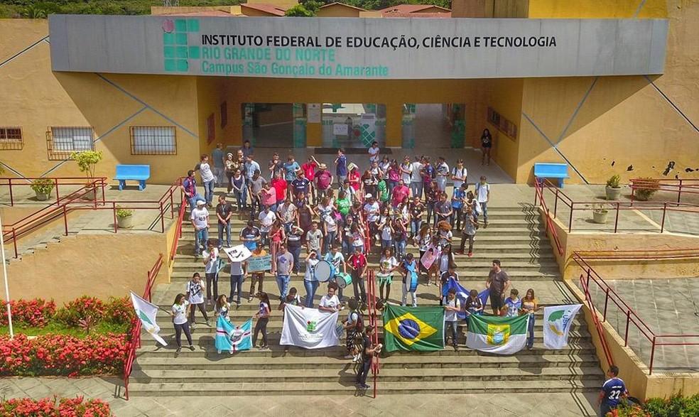 Estudantes do IFRN de São Gonçalo do Amarante fizeram um ato contra bloqueio orçamentário da educação superior no campus da instituição — Foto: Wendell Jefferson