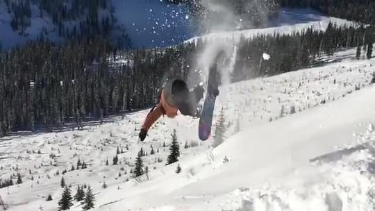 John John Florence acerta backflip no snowboard durante as férias na neve