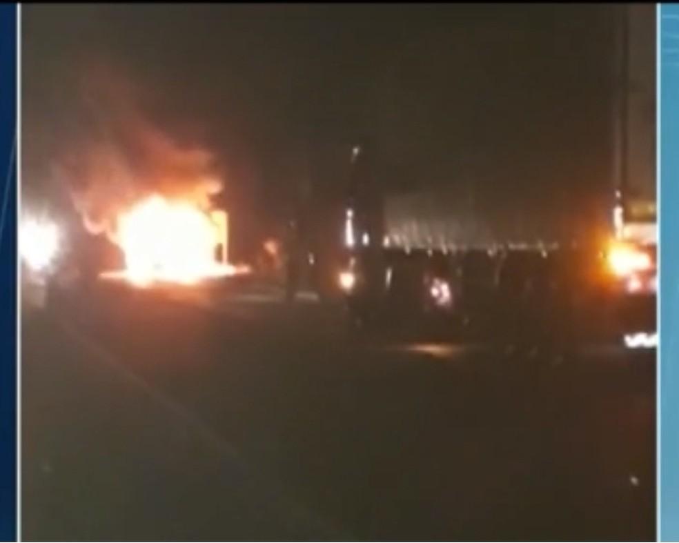 Chamas tomaram conta do veículo rapidamente (Foto: Reprodução/ Inter TV Grande Minas)