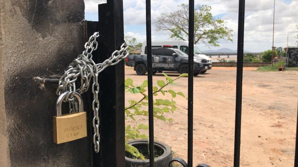 Mulheres colocaram cadeado no portão que dá acesso do Bope em Boa Vista — Foto: Alan Chaves/G1 RR
