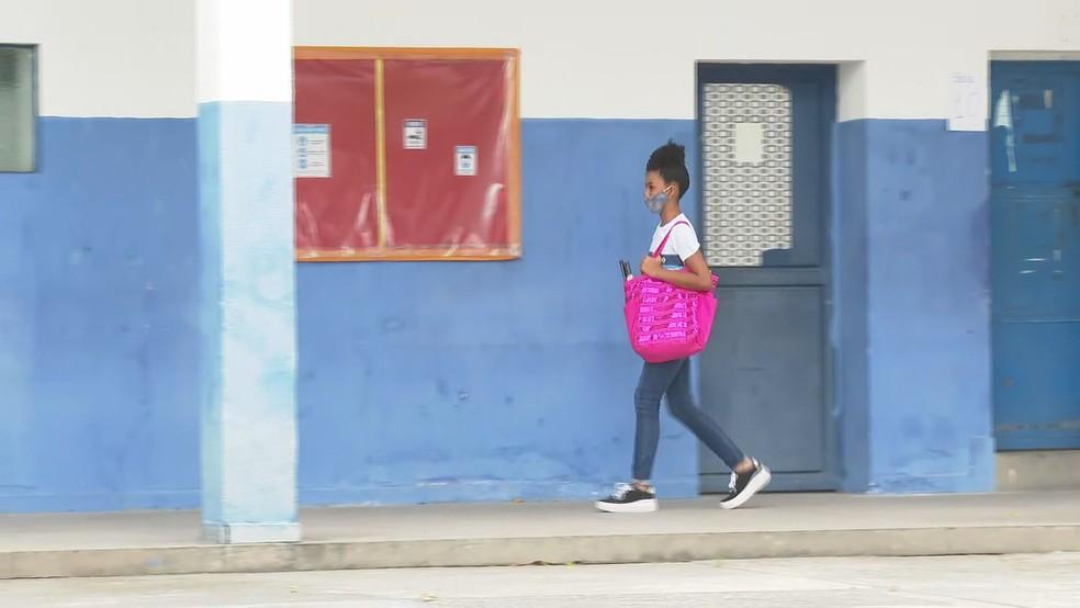 Aluna chega para aula presencial na Escola Municipal Coelho Neto, no Rio — Foto: Reprodução/TV Globo