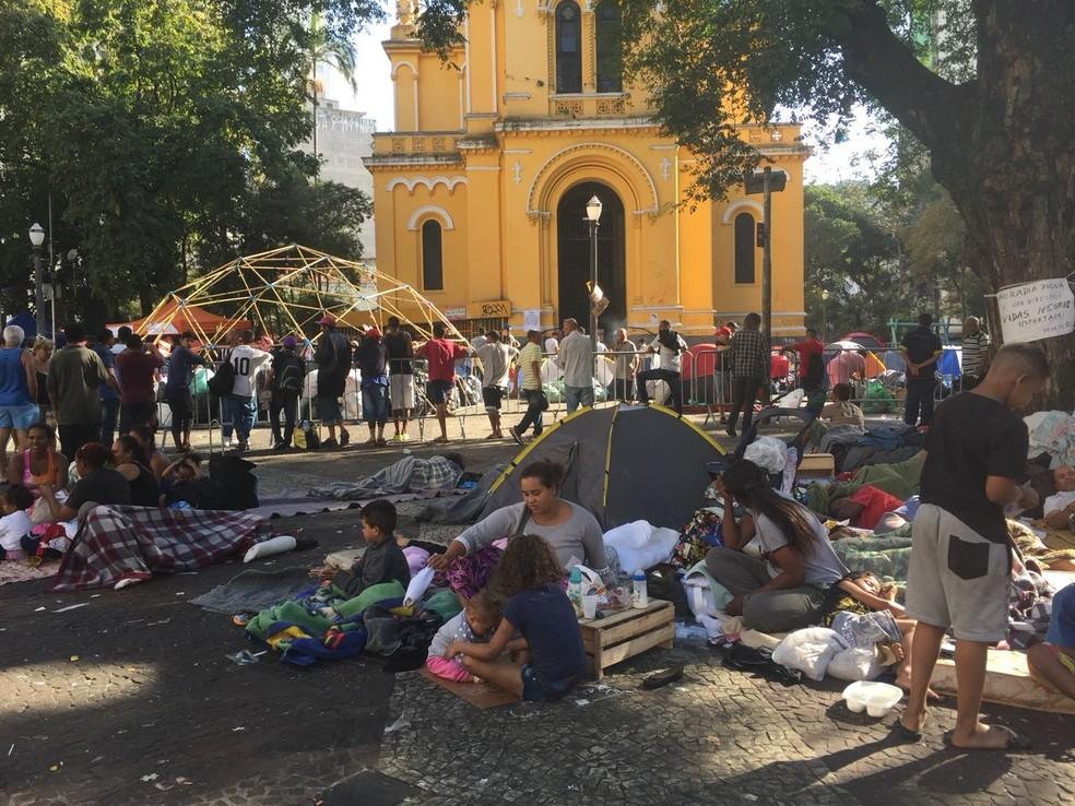 Crianças desabrigadas por desabamento de prédio dormem em calçada próximo ao local da tragédia (Foto: Roney Domingos/G1)