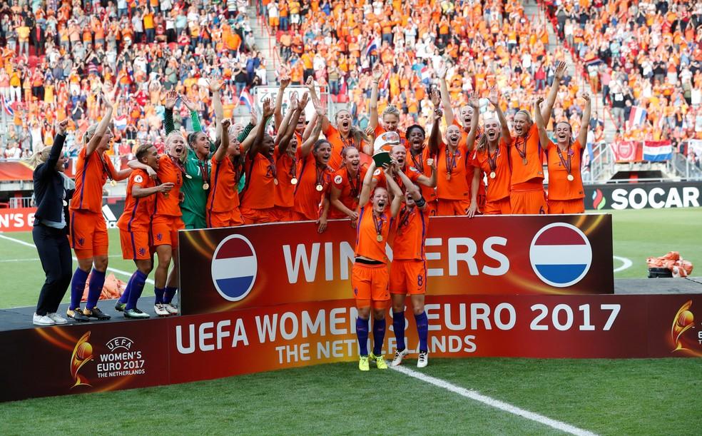 Holandesas levantam a taça de campeãs da Eurocopa (Foto: Yves Herman/Reuters)