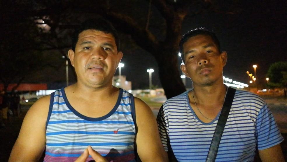 Vivendo na praça Simón Bolívar, Luiz Gonzalez (à direita) e Ruy Suarez não querem voltar a morar na Venezuela (Foto: Inaê Brandão/G1 RR)