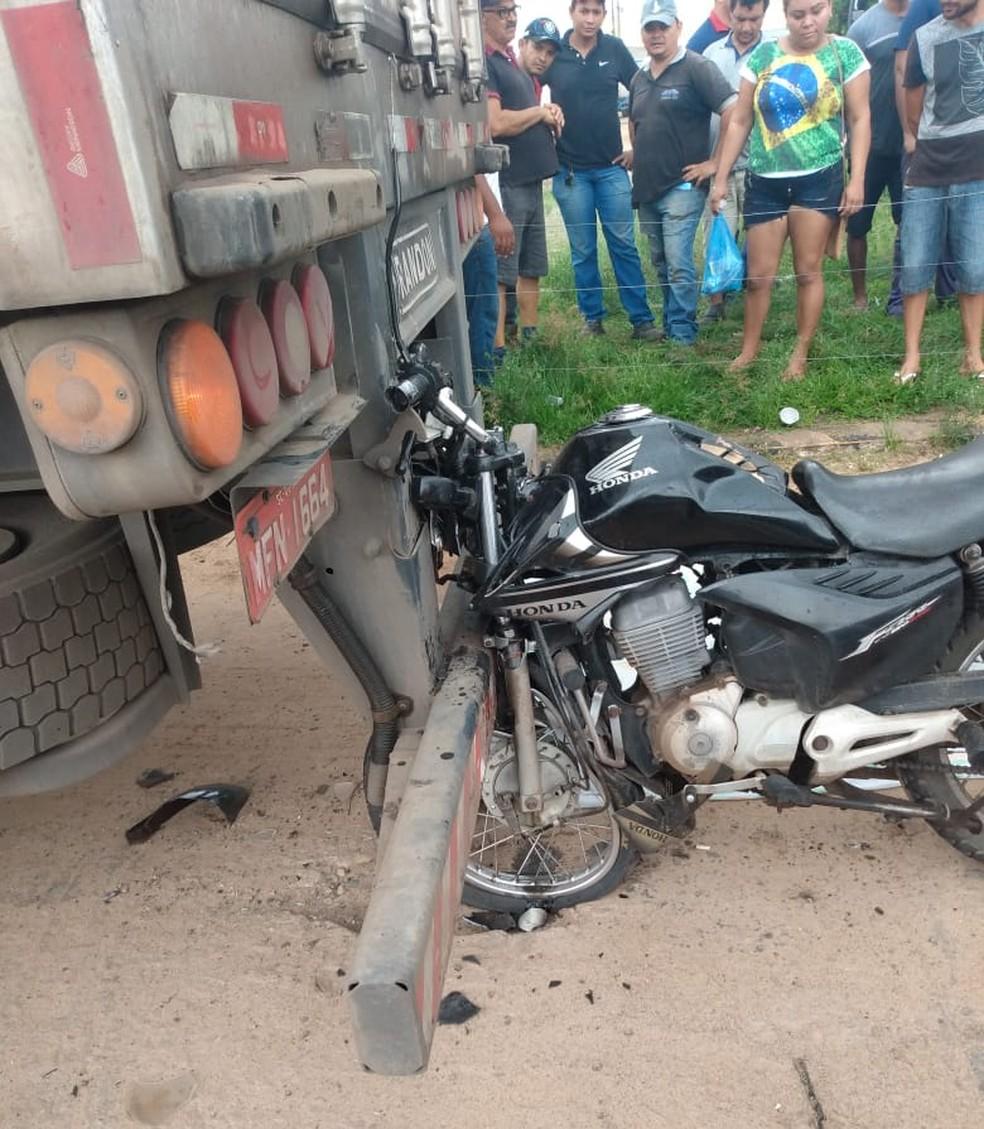 Motociclista morre após colidir em traseira de caminhão na BR-135 no Maranhão. — Foto: Divulgação/Polícia Rodoviária Federal