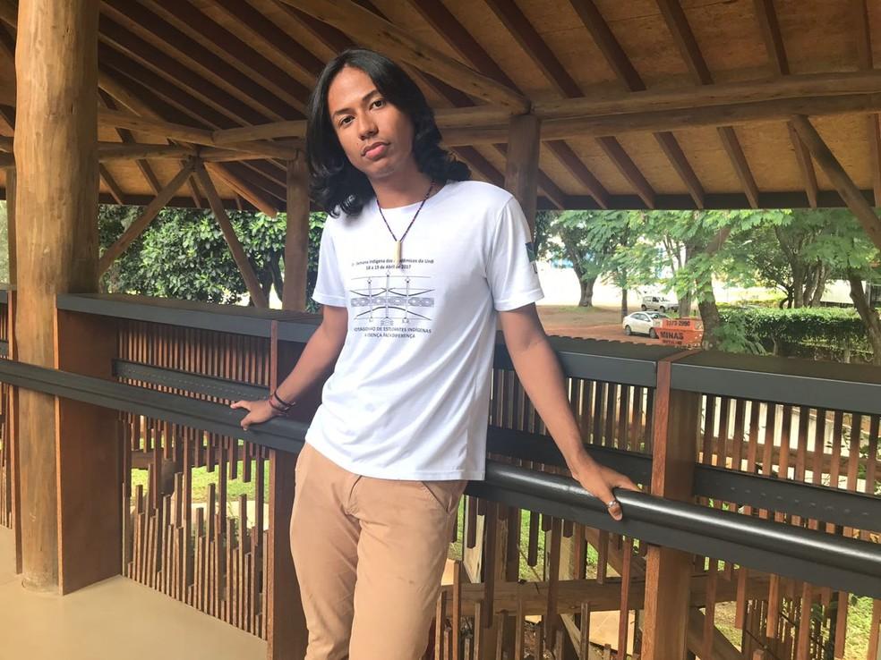 Samuel Luz fala ao G1 como a homossexualidade é vista na aldeia onde cresceu — Foto: Marília Marques/G1