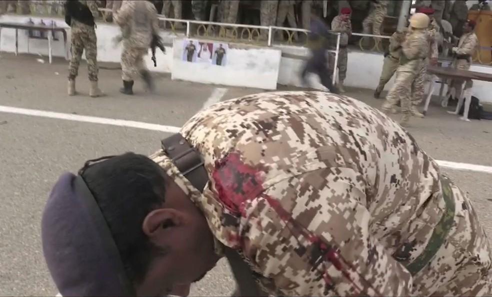 Militar reage após explosão de drone na base aérea de Al-Anad, no sul do Iêmen, nesta quinta-feira (10) — Foto: Nabil Hasan / AFP / AFPTV