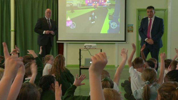 John Staines e John Woodley dizem que a maioria dos pais não se dá conta que seus filhos podem estar sendo contactados por estranhos durante games, a despeito de barreiras de controle parental (Foto: BBC)