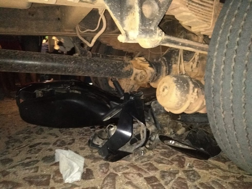 Moto da vítima ficou caída embaixo do caminhão após o acidente em Groaíras. — Foto: Arquivo pessoal