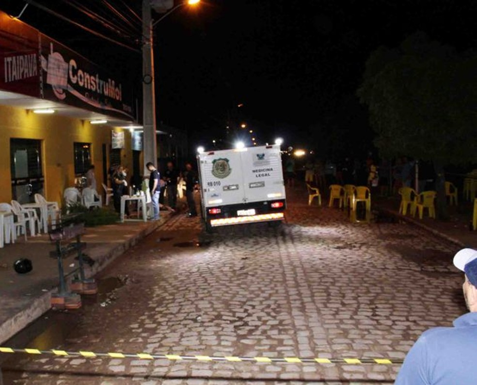 Duplo homicídio aconteceu na calçada de um espetinho no bairro Costa e Silva (Foto: Marcelino Neto/O Câmera)