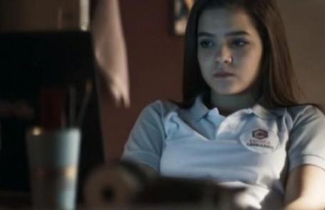 No sábado (5), Cássia (Mel Maia) se encontrará com o homem com quem se corresponde na internet e descobrirá que ele é pedófilo Reprodução