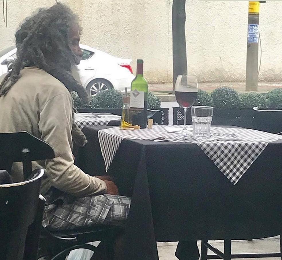Morador de rua decide almoçar em restaurante de bairro nobre de Belo Horizonte e proprietário paga parte da conta — Foto: Daniela Zapata/Instagram