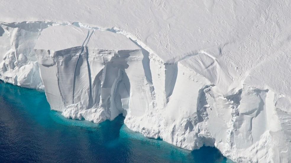 Cientistas fizeram um levantamento da massa do manto de gelo antártico no período de 1992 a 2017 (Foto: NASA)
