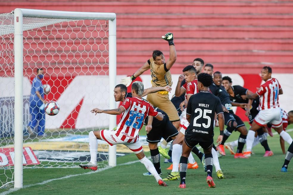 Botafogo sofreu o primeiro gol contra o Náutico em cobrança de escanteio — Foto: Paulo Paiva/AGIF