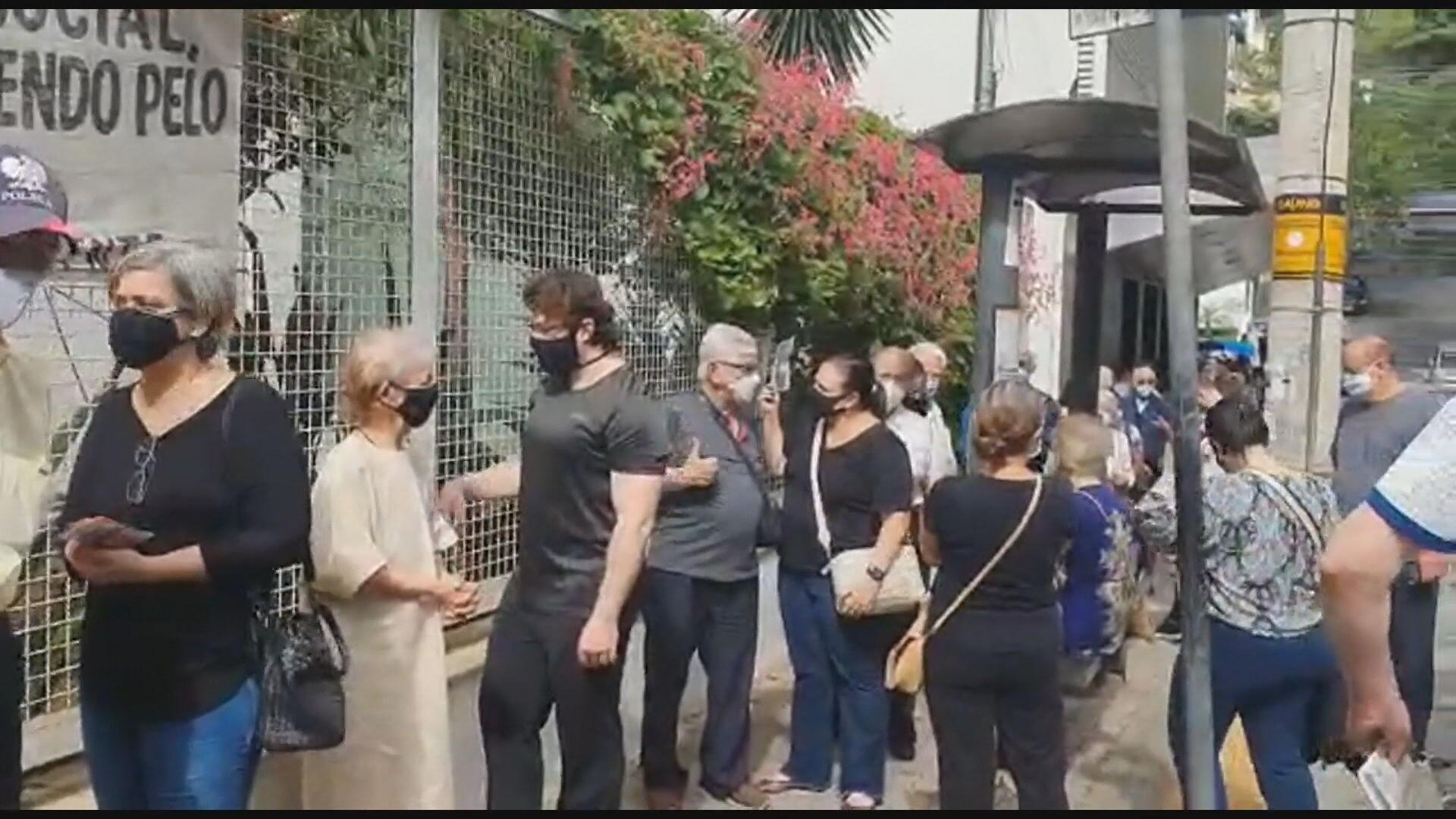 Idosos esperam mais de uma hora para se vacinar em postos da Região Centro-Sul de BH