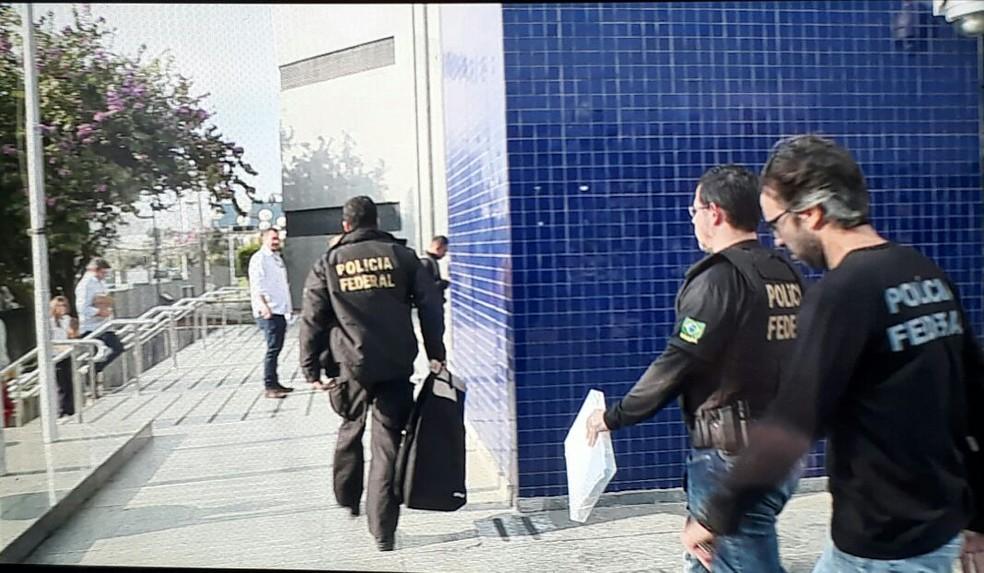 Policiais federais chegam de operação com documentos na PF (Foto: Eduardo Agostinho/ GloboNews)