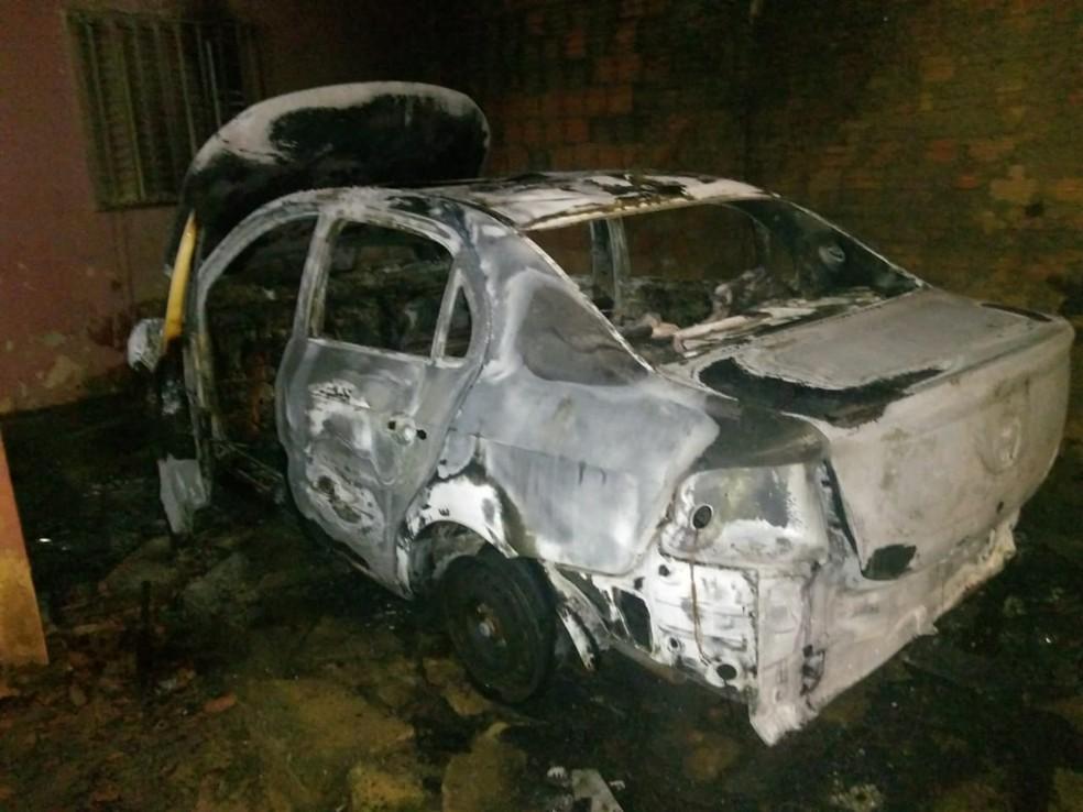 Carro fica destruído ao pegar fogo em Araguaína — Foto: Divulgação/Bombeiros