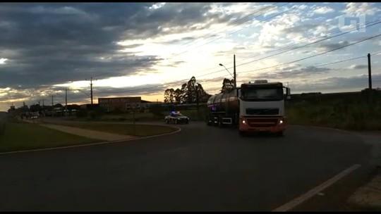 Prefeitura e polícia escoltam caminhões com combustível para ônibus e ambulâncias de Curitiba