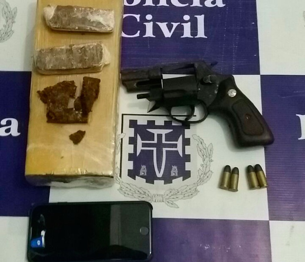 Revólver e drogas foram encontrados em carrinho de bebê na Bahia (Foto: Divulgação/Polícia Civil)