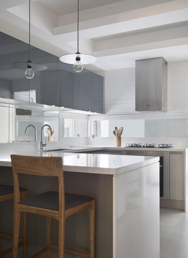 Uma penísula dá conta dos espaços de armazenamento necessários na cozinha (Foto: Denilson Machado/ MCA Estúdio/Divulgação)