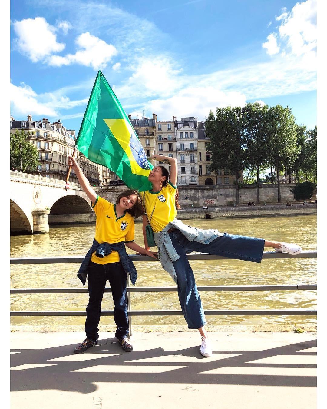 Amanda Sanchez com o filho torcendo em Paris (Foto: Reprodução/Instagram)