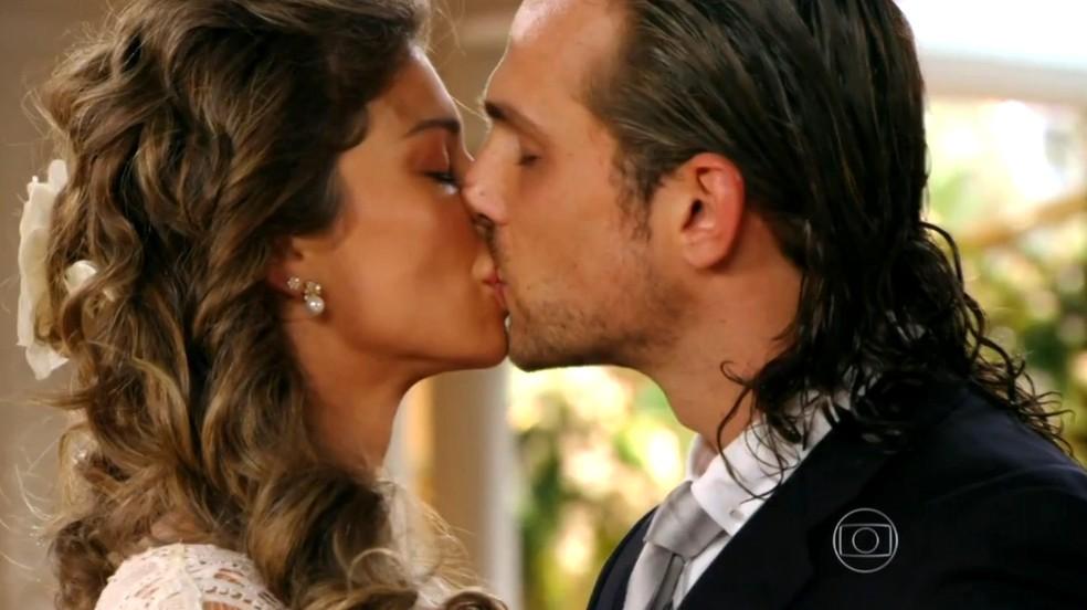 Após o 'sim', Alberto (Igor Rickli) pede o beijo a Ester (Grazi Massafera) - 'Flor do Caribe' — Foto: Globo
