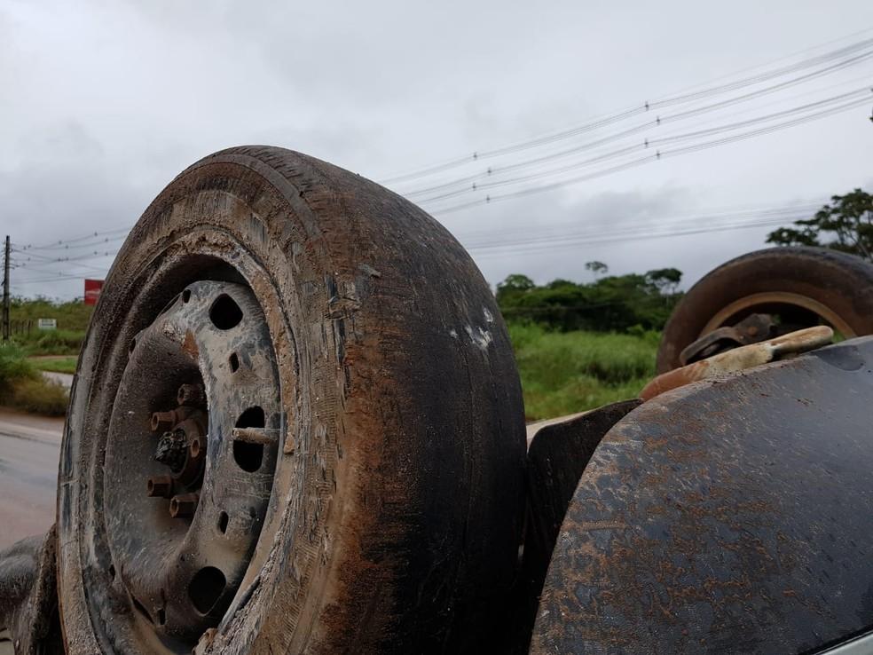 Pneus traseiros do veículo estavam carecas — Foto: PRD/Divulgação
