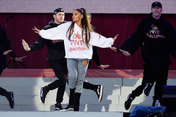 A cantora Ariana Grande no show realizado em homenagem às vítimas dos ataques em Manchester (Foto: Getty Images)