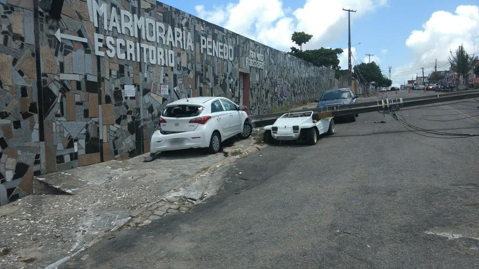 Ao perder o controle do veículo, motorista do HB20 atingiu o poste, que caiu sobre um buggy  (Foto: Divulgação/PM)