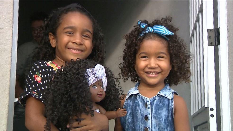 Hadassa batizou a boneca com o nome da prima, Jamily, porque acharam as duas parecidas — Foto: Reprodução/TV Cabo Branco