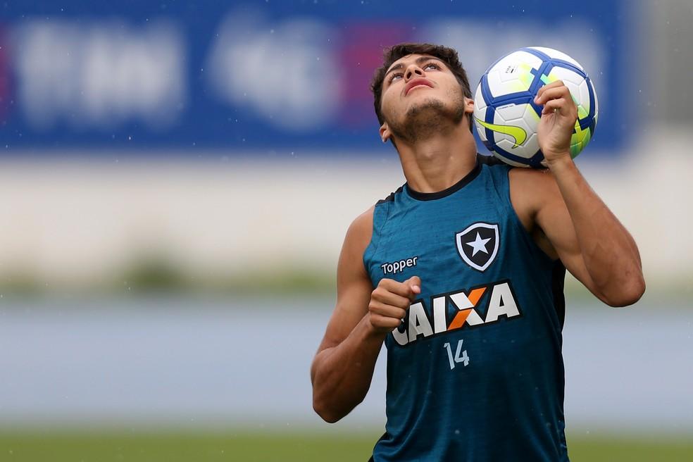 """Aos 21 anos, ala """"furou a fila"""" dos mais experientes Luis Ricardo e Arnaldo (Foto: Vitor Silva/SSPress/Botafogo)"""