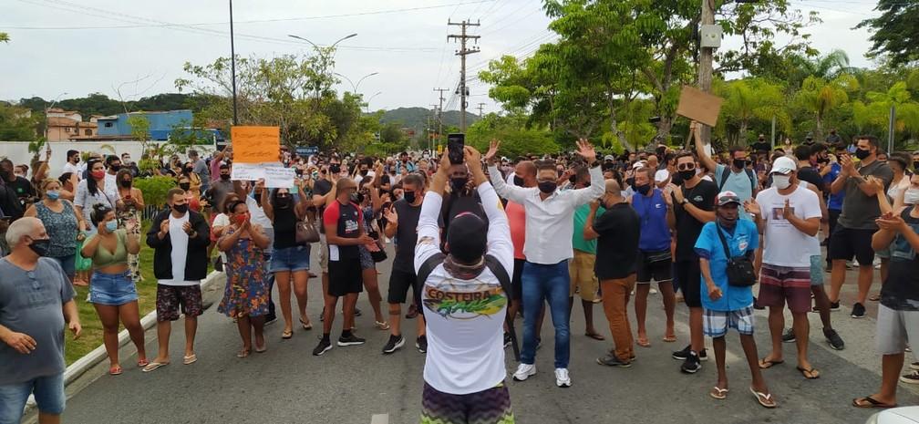 Manifestação contra fechamento de Búzios reúne trabalhadores de diferentes setores que movimentam a economia pelas ruas da cidade — Foto: Paulo Veiga/Inter TV RJ