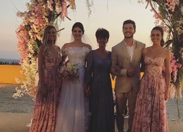 Camila Queiroz e Klebber Toledo entre as irmãs e mãe da noiva (Foto: Reprodução/Instagram)