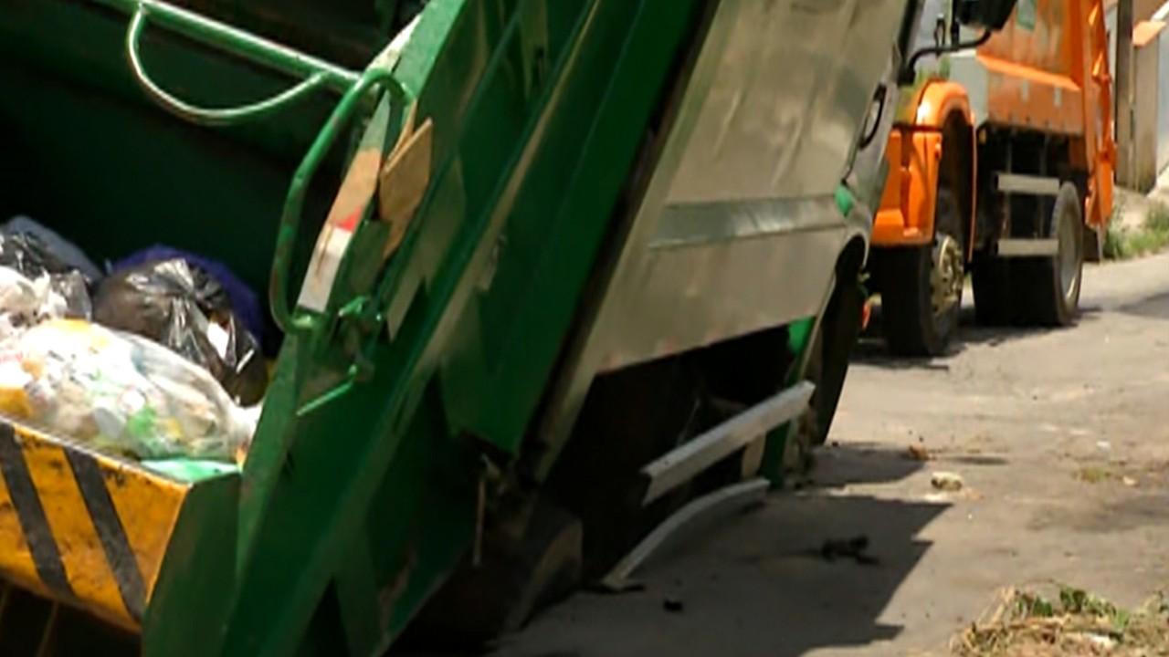 Asfalto cede e caminhão fica preso em rua de Mogi das Cruzes