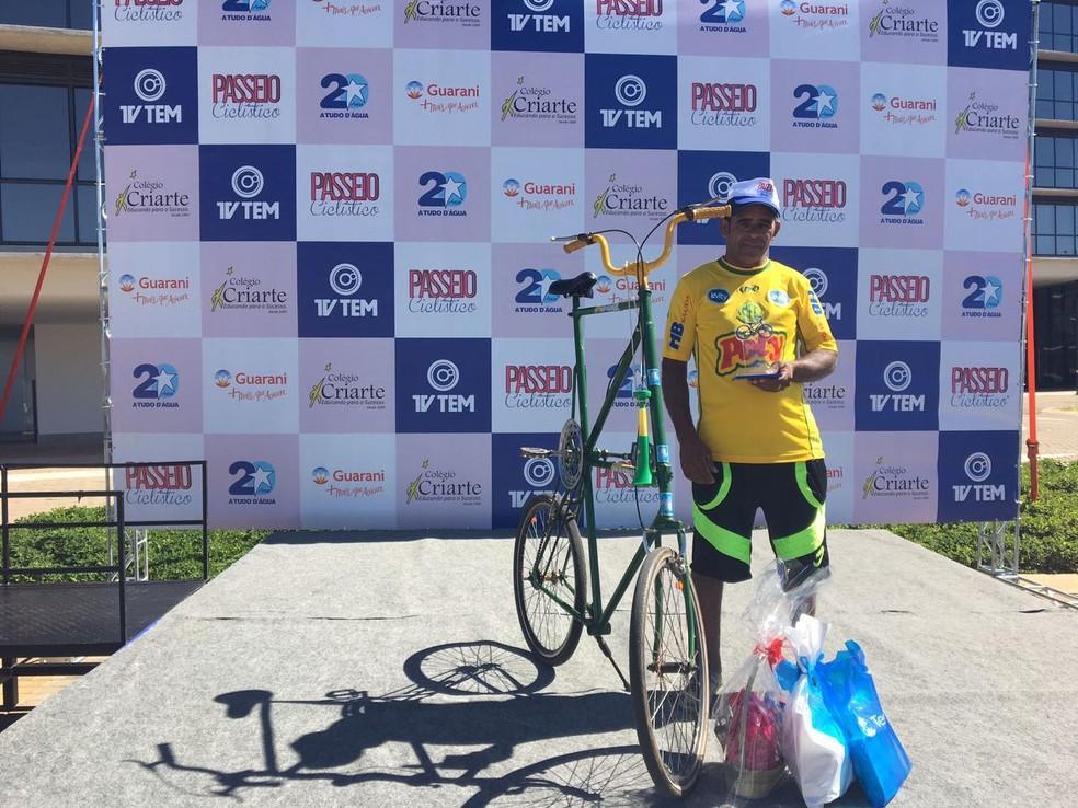 Natal Batista Loureiro se destacou e venceu o concurso de bicicletas com a 'maior bike' (Foto: Renato Pavarino/G1)