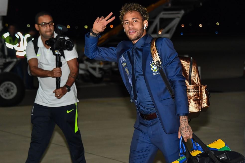 Neymar na chegada da seleção brasileira na Rússia (Foto: Nelson Almeida / AFP)