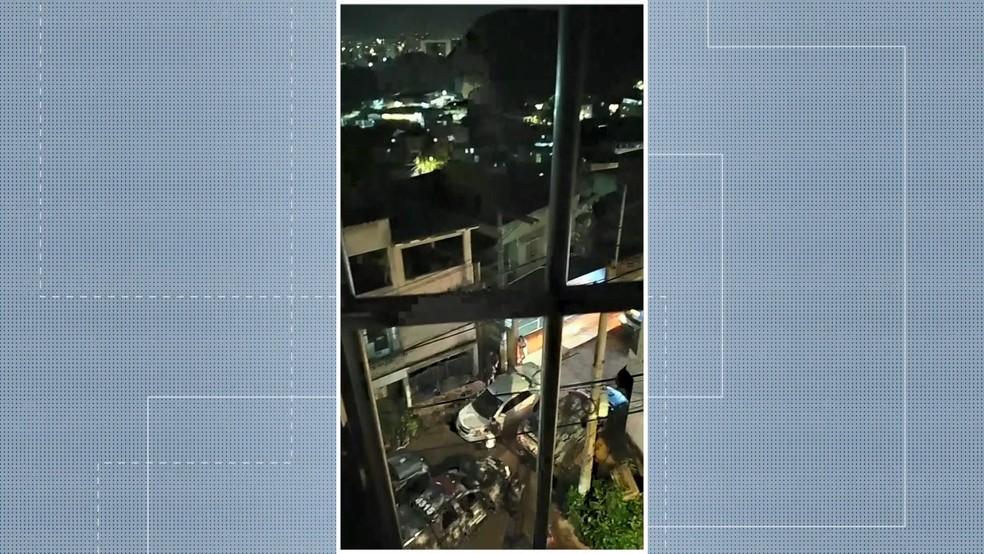Morador registrou o momento em que viaturas da Polícia Militar estavam no bairro São Benedito — Foto: Reprodução/TV Gazeta
