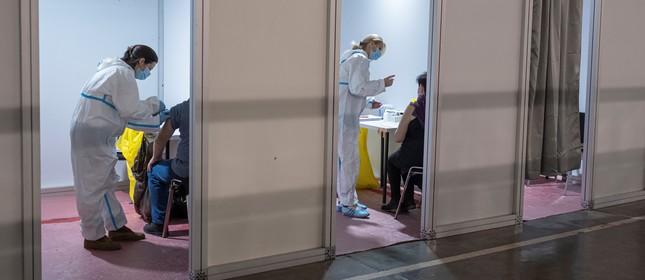 As pessoas recebem doses da vacina chinesa Sinopharm durante a vacinação em massa do coronavírus em Belgrado, na Sérvia,