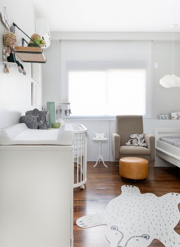 Para o quarto do bebê a arquiteta usou os móveis do primeiro filho, mas deu uma cara nova ao trocar o enxoval e pintar de uma nova cor (Foto: Julia Ribeiro/Divulgação)