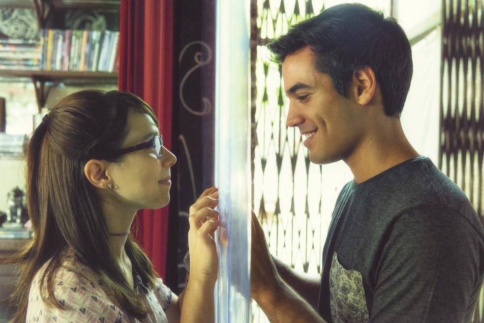 Benê (Daphne Bozaski) e Guto (Bruno Gadiol) entendem que são mais que amigos — Foto: Ellen Soares/Gshow